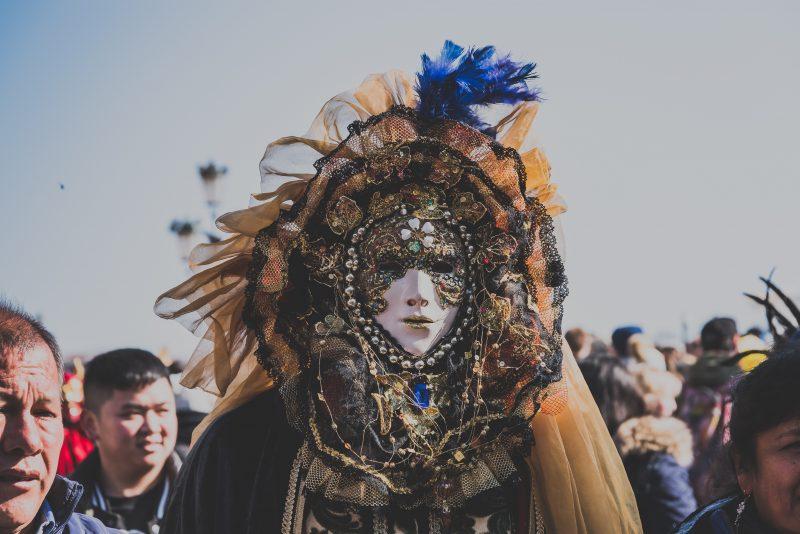 Disfraces y máscaras son divertidos sólo en carnaval.